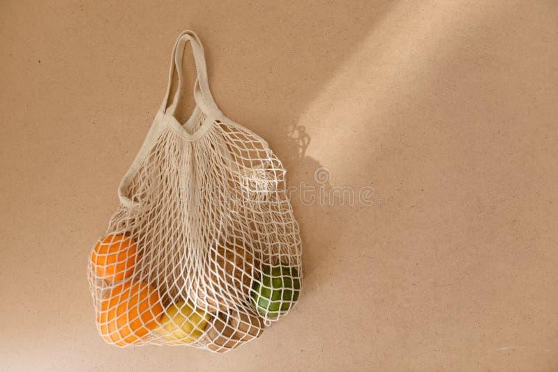 Строка сетки Eco дружелюбная многоразовая связала хозяйственную сумку с фруктами и овощами, нул отходов стоковые фото
