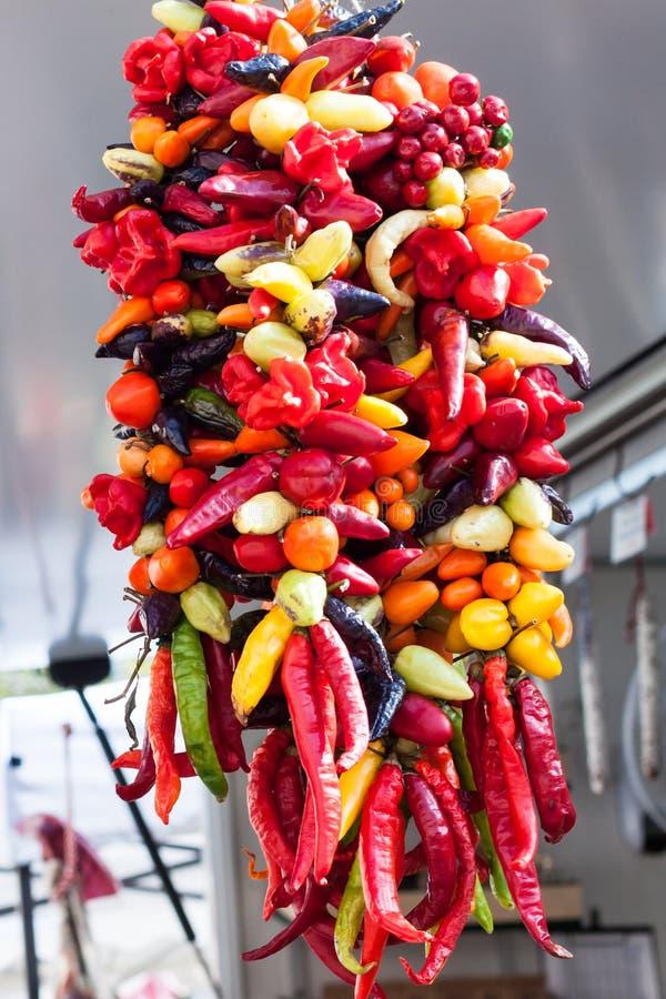 Строка смертной казни через повешение смешанных красочных перцев chili для продажи на рынке Sineu, Майорке стоковая фотография rf