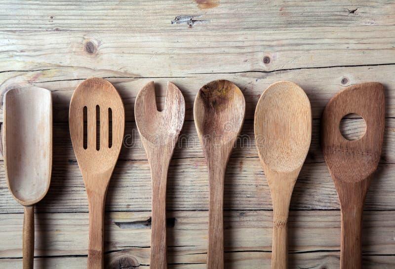 Строка сортированных старых деревянных утварей кухни стоковое изображение rf