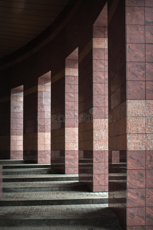 Строка столбцов при солнечный свет в зазорах и отраженный в сияющем стоковое фото rf