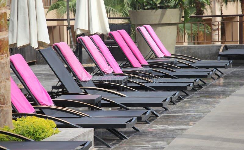 Строка стульев бассейна стоковая фотография