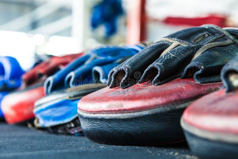Строка тайской перчатки пусковой площадки пунша фокуса цели тренировки перчатки бокса дальше стоковые изображения