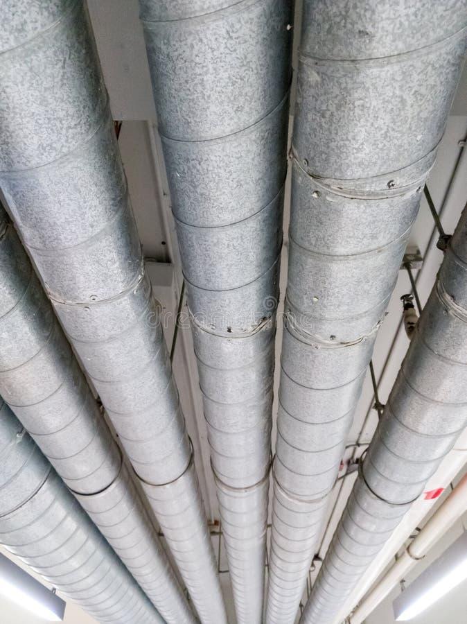 Строка трубы металла висит вдоль потолка стоковые фото