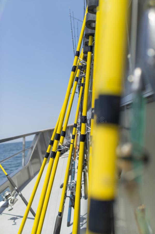 Строка удя поляков на шлюпке рыболова стоковые фото