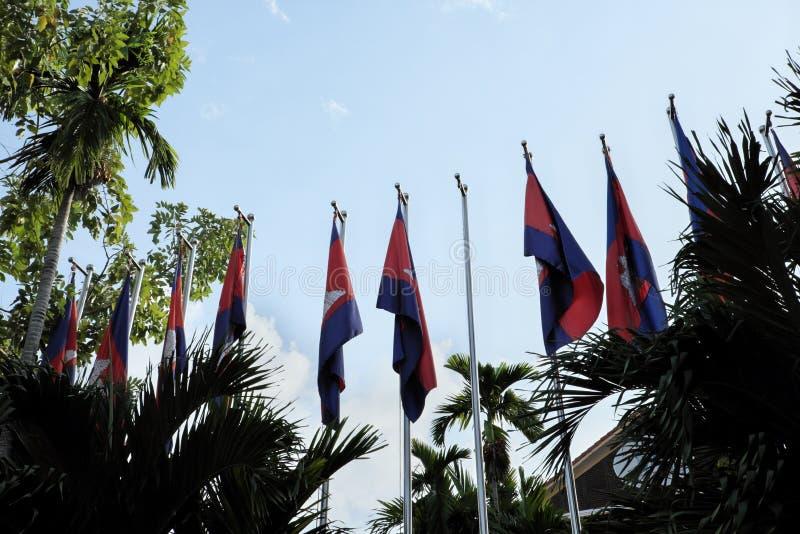 Строка флагштоков с флагами Камбоджи на предпосылке ясного неба Windless солнечный день стоковые изображения rf