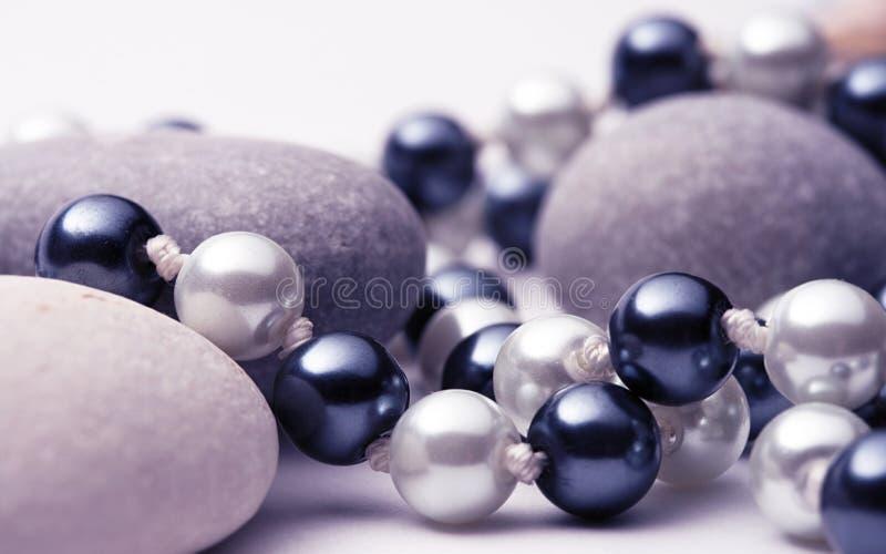 Строка черно-белых жемчугов с камнями стоковые фотографии rf