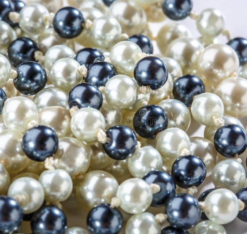 Строка черно-белых жемчугов стоковые фотографии rf