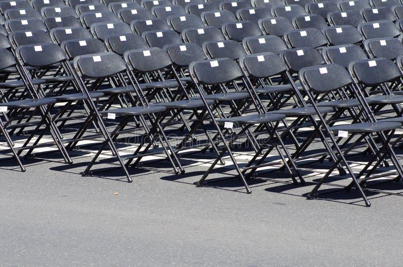 Строка черных пустых стульев стоковые изображения