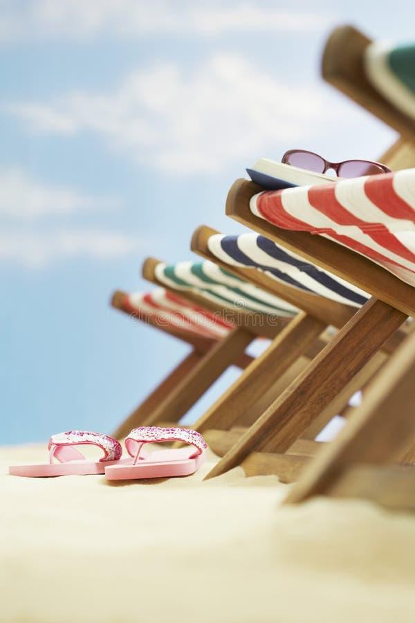 Строка шезлонгов на фокусе пляжа на кувырках на земле стоковое изображение rf