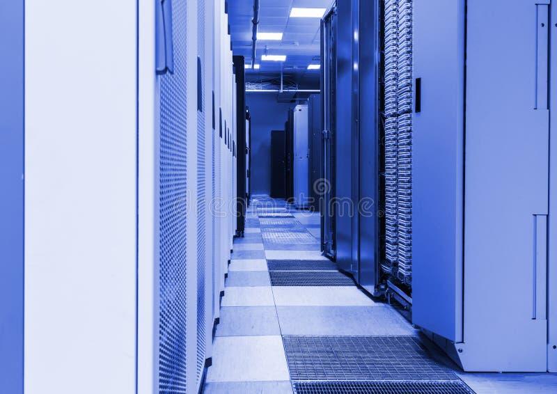 Строка шкафов в коммерчески центре данных безопасно расквартировывая компьютеры и серверы стоковое фото