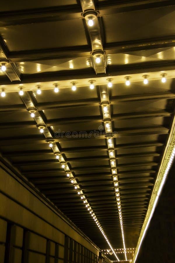 Строка электрических лампочек на потолке вечером стоковое фото rf
