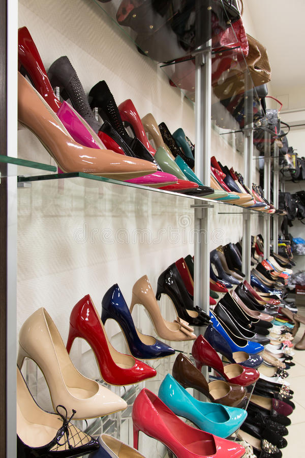 Строки ботинок красивых женщин на витринах магазина стоковая фотография
