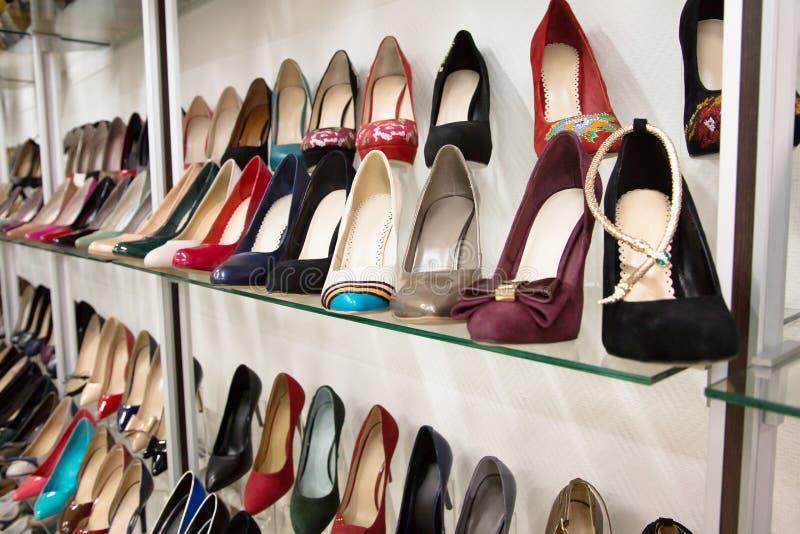 Строки ботинок красивых женщин на витринах магазина стоковое фото rf