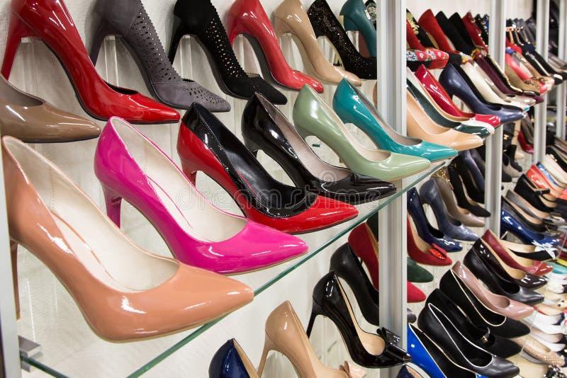 Строки ботинок красивых женщин на витринах магазина стоковое изображение