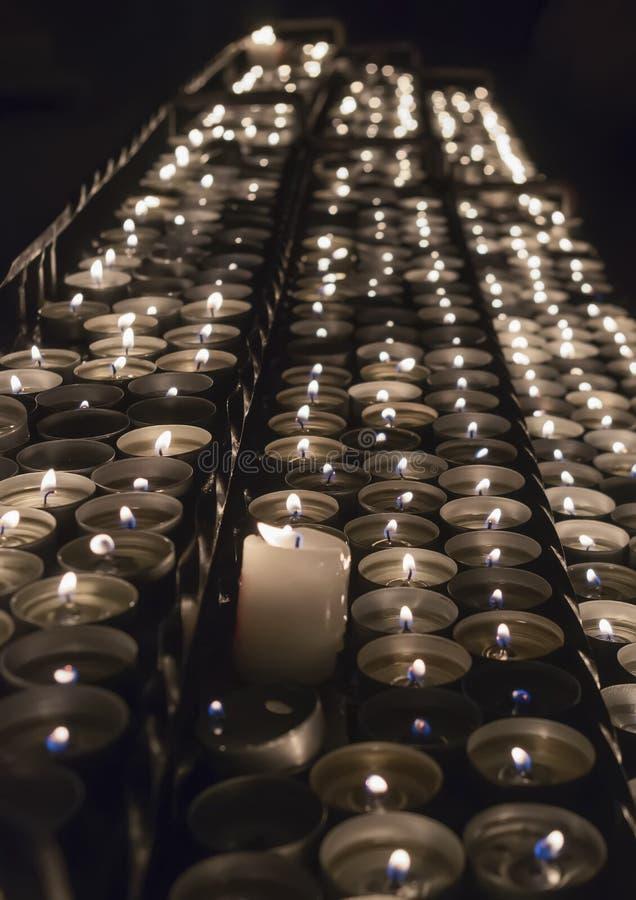 Строки горящих свечей внутри церков стоковое изображение