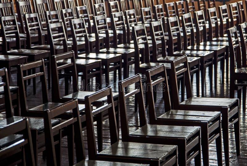 Строки деревянных стульев - приедаемость, отсутствие альтернативы, приедаемости, retr стоковые изображения rf