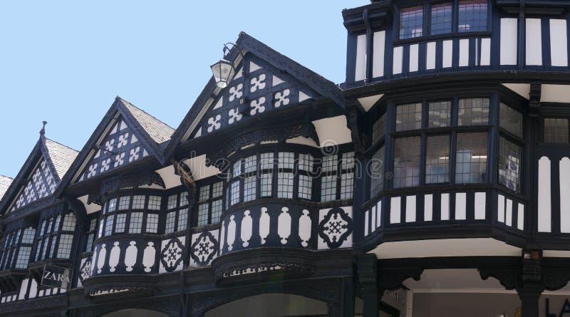 Строки здания Tudor черно-белые в Честере Англии стоковое изображение