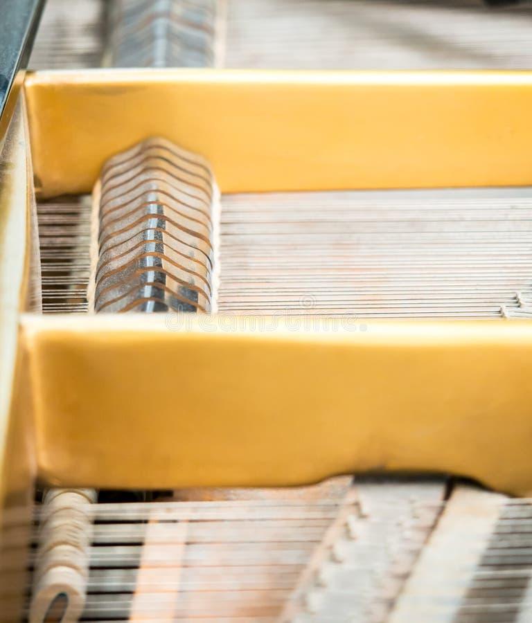 Строки и молотки внутри классического рояля стоковая фотография