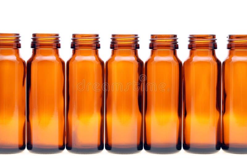 Строки коричневых стеклянных бутылок стоковые изображения