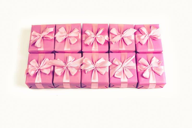 Строки коробок с сатинировкой орденской ленты подарков обхватывают взгляд сверху пинка a тонизировать положенный квартирой стоковое фото rf