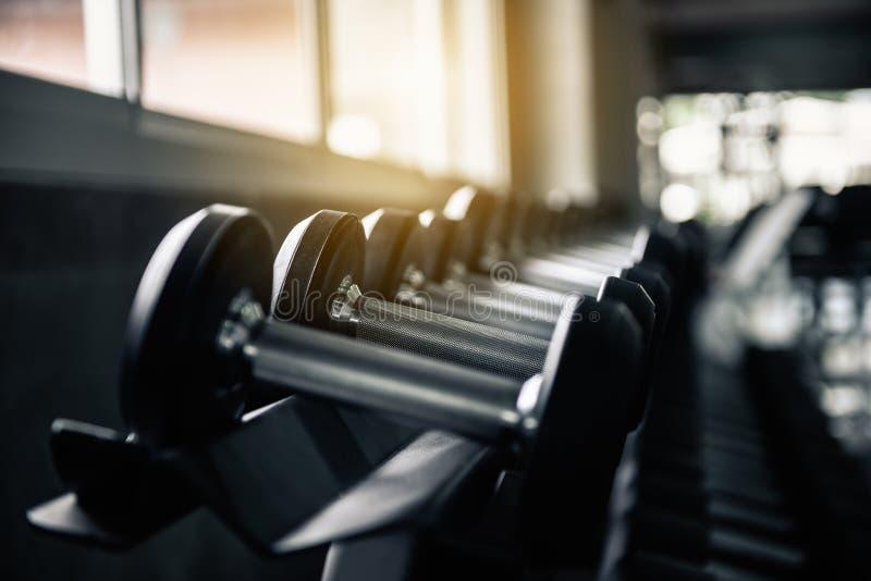 Строки набора черноты гантели в спортзале фитнеса , Оборудование поднятия тяжестей культуриста спорта для работать оружия мышечны стоковые фотографии rf