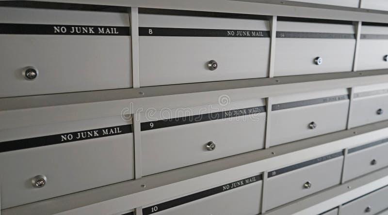 Строки почтовых ящиков нового серого металла запертых стоковое изображение