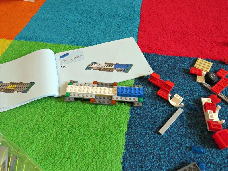 Строя автомобиль lego стоковая фотография