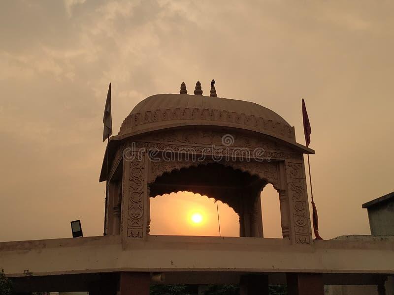 Строя заход солнца через объект красивый стоковые изображения
