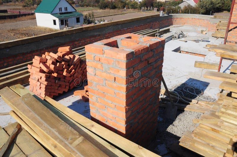 Строя камин от кирпичей Камин нового дома Bricklaying стоковое изображение rf
