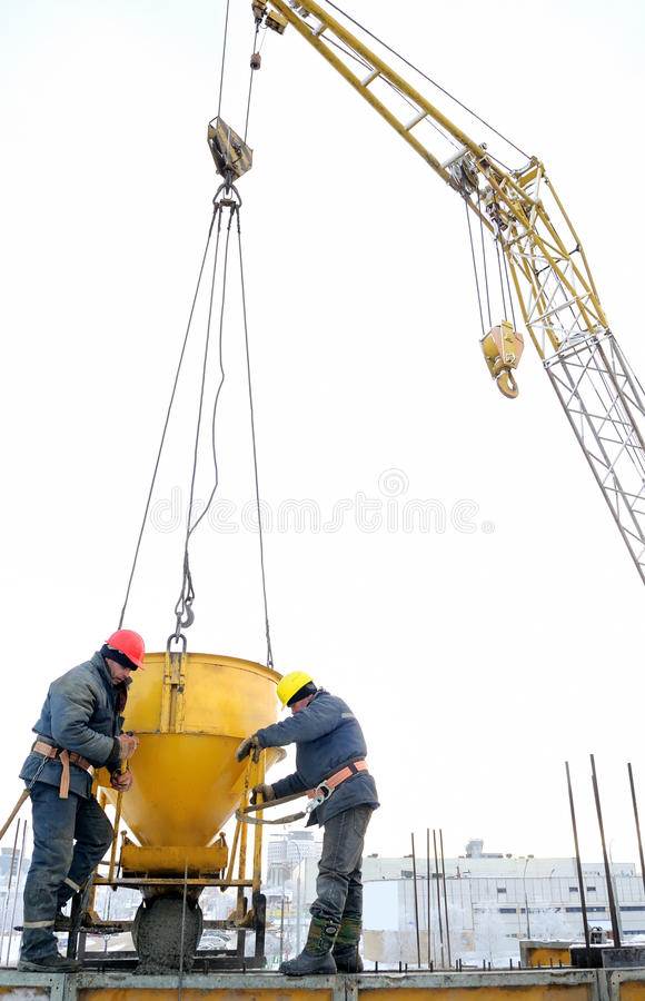 строя конкретные работники стоковые фото