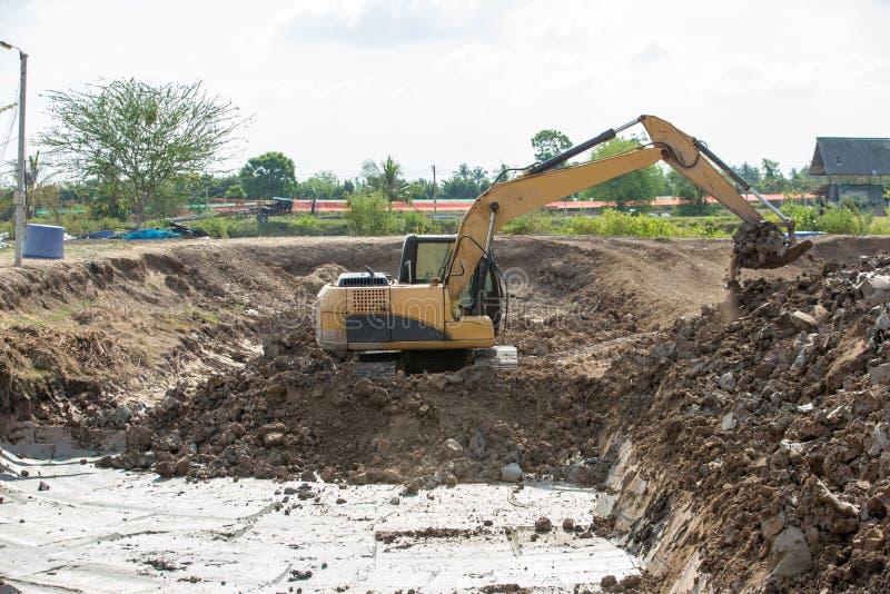 Строя машины: Тележки землекопа нагружая с почвой Песок экскаватора нагружая в самосвал Работа в карьере стоковые изображения