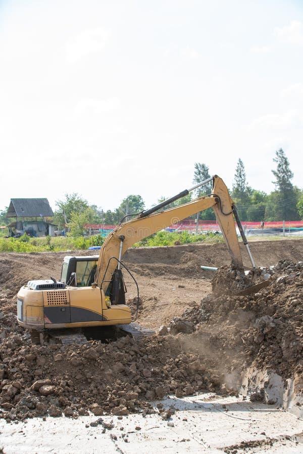 Строя машины: Тележки землекопа нагружая с почвой Песок экскаватора нагружая в самосвал Работа в карьере стоковая фотография
