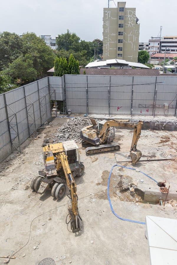 Строя машины: Тележки землекопа нагружая с почвой Песок экскаватора нагружая в самосвал стоковые изображения rf
