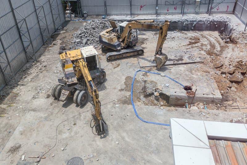 Строя машины: Тележки землекопа нагружая с почвой Песок экскаватора нагружая в самосвал стоковые изображения