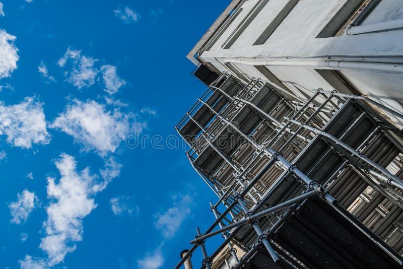 Строя перспектива и металлические леса под голубым небом стоковая фотография