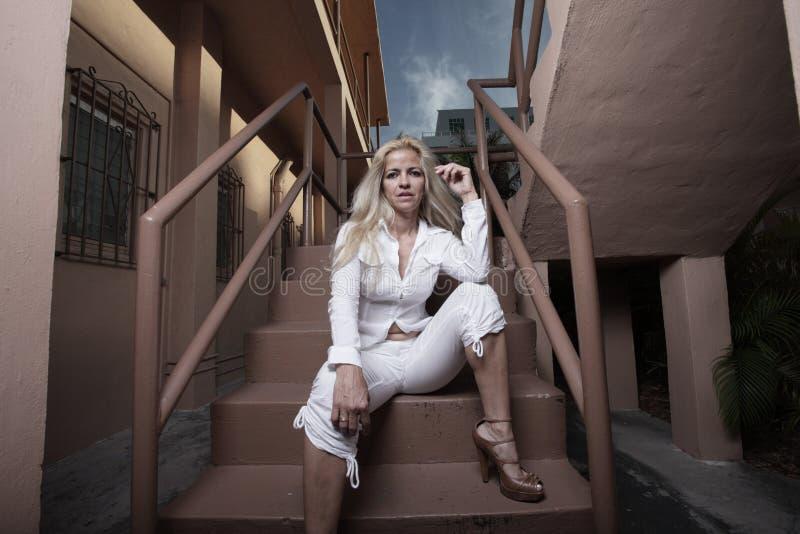 строя сидя женщина лестницы стоковые фотографии rf