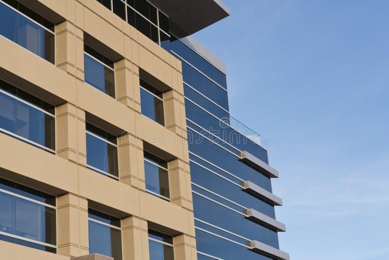 строя современный камень офиса фасада стоковая фотография