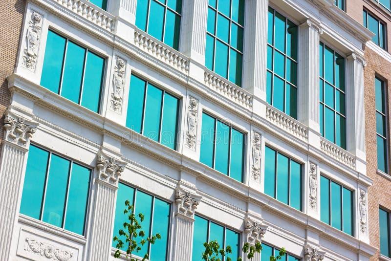 Строя фасад под светами morinig в столице США стоковые изображения