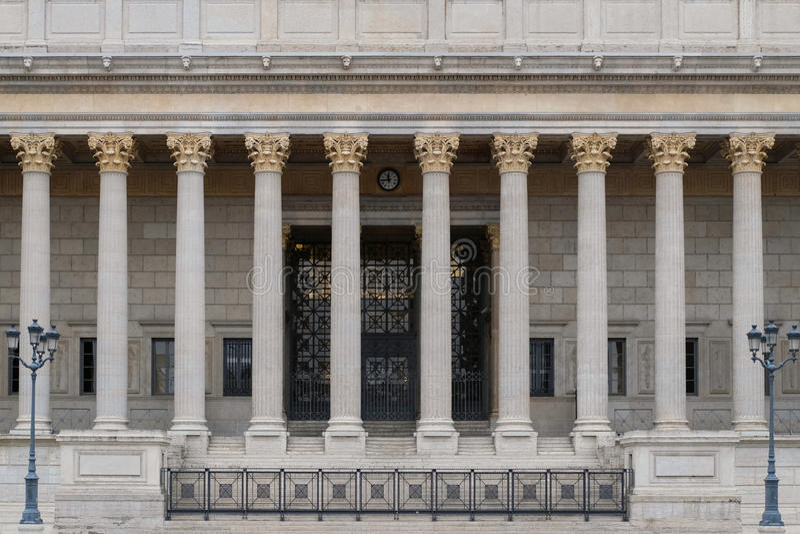 Строя фронт суда всенародного права в Лионе, Франции, с столбцами неоклассическими коринфянина колоннады стоковые изображения rf