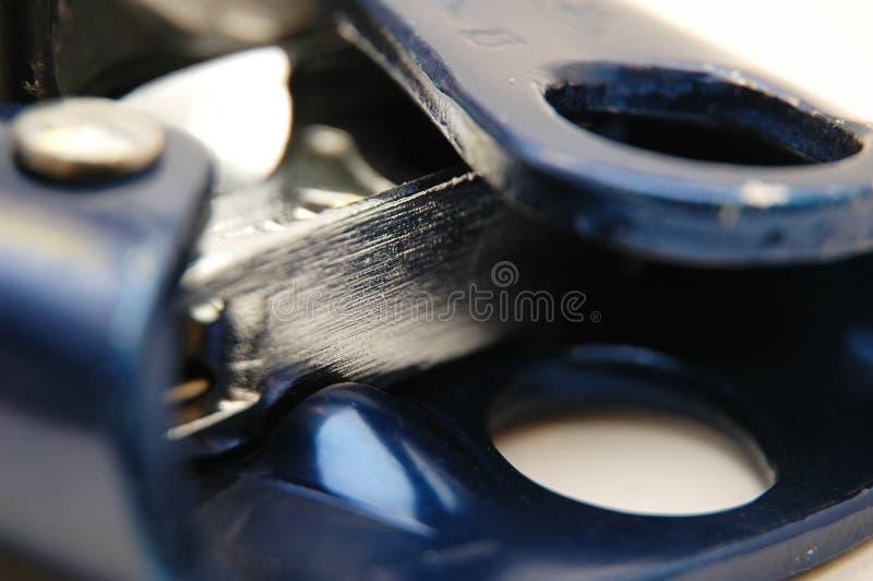 струбцина взбираясь близкое оборудование отрегулировала веревочку вверх стоковое фото