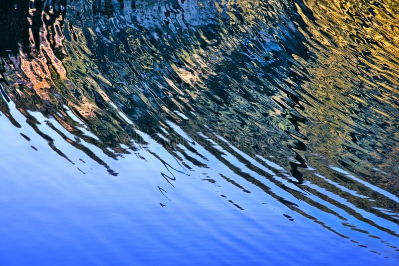 струит вода полуокружности стоковое фото