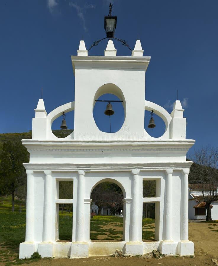 Структура башни щипца церковного колокола в Ла Pena de Арии Montano стоковое фото