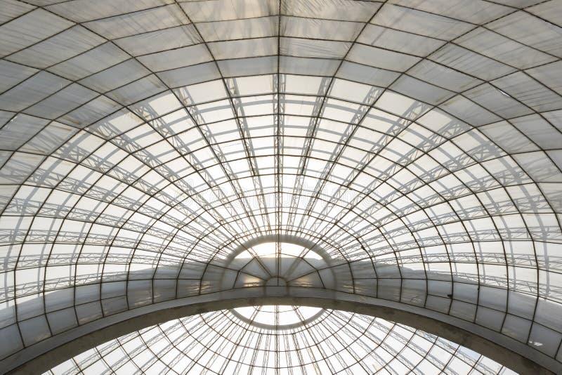Структура парника симметричным изогнутая куполом увиденная снизу стоковые фотографии rf