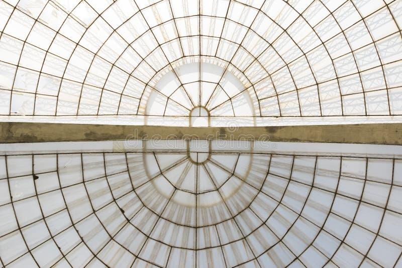 Структура симметричного купола парника горизонтальная увиденная снизу стоковые фотографии rf