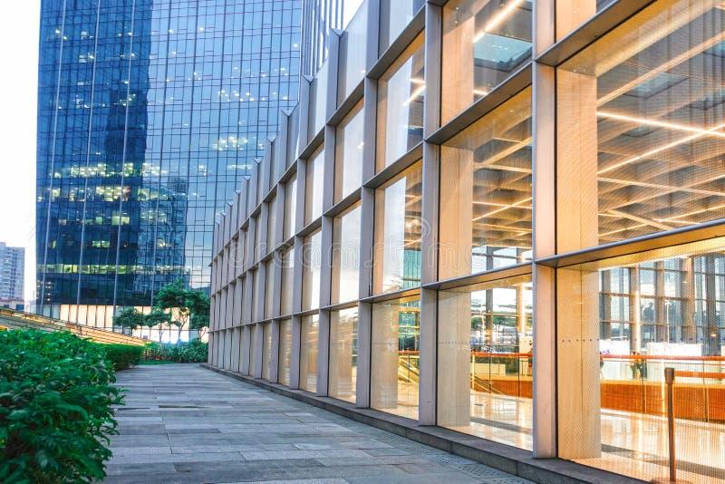 Структура стены стекла конструкции алюминиевого сплава современного здания стоковое фото