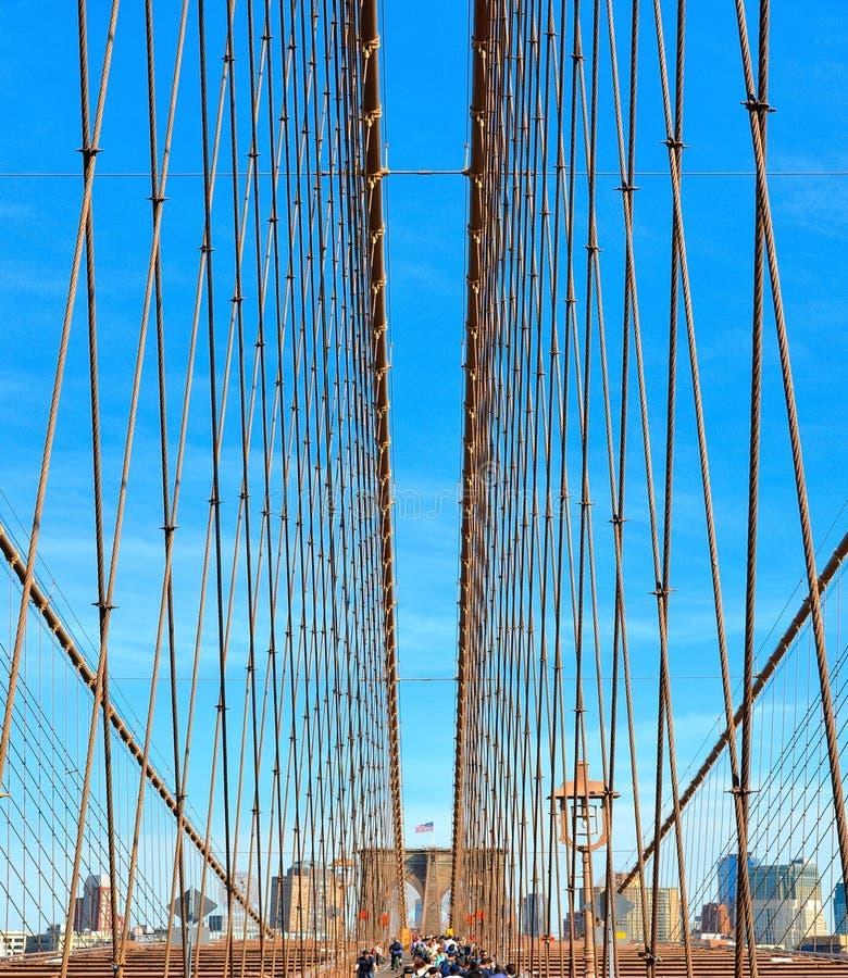 Структурная деталь Бруклинского моста смотря вверх на сети кабелей, Манхэттене Нью-Йорке, США стоковое фото