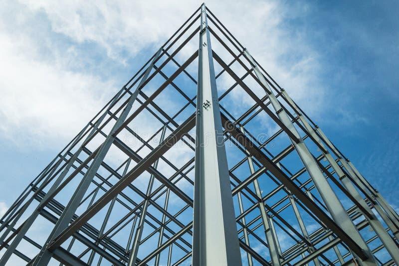 Структуры здания сделанные из стали, возвышаться в небо стоковое фото rf