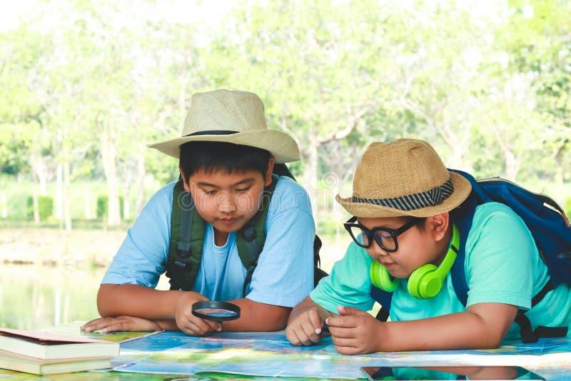 2 студента наблюдают карту стоковое изображение
