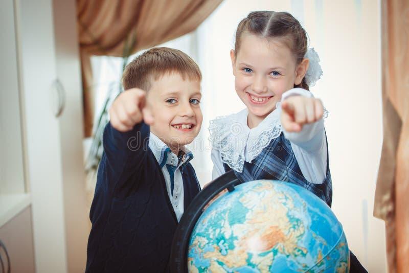 2 студента с глобусом стоковая фотография