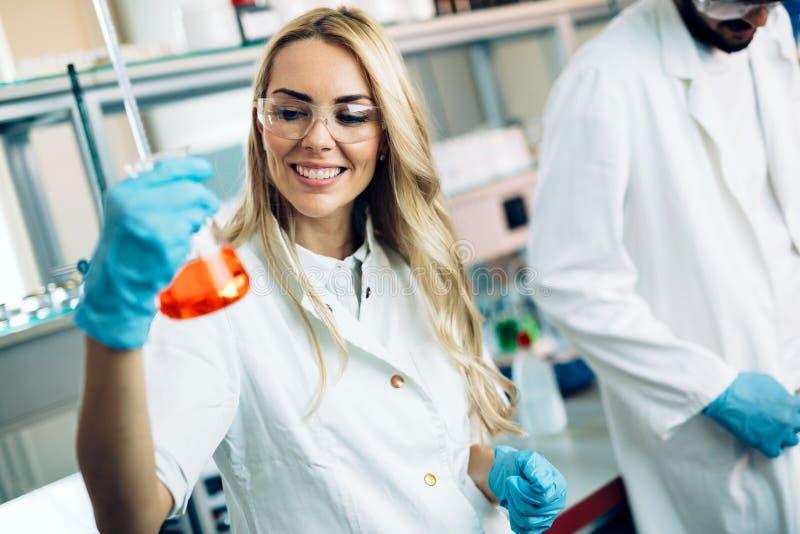 Студентка химии работая в лаборатории стоковые фотографии rf